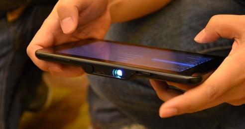 プロジェクター内蔵のタブレット「SmartDevices U7」