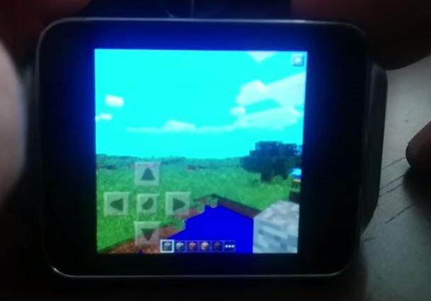 スマートウォッチで「Minecraft Pocket Edition」を楽しむ動画