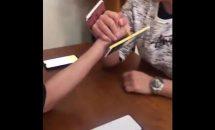電子マネーを賭けた腕相撲、かけ金は3万円ほど